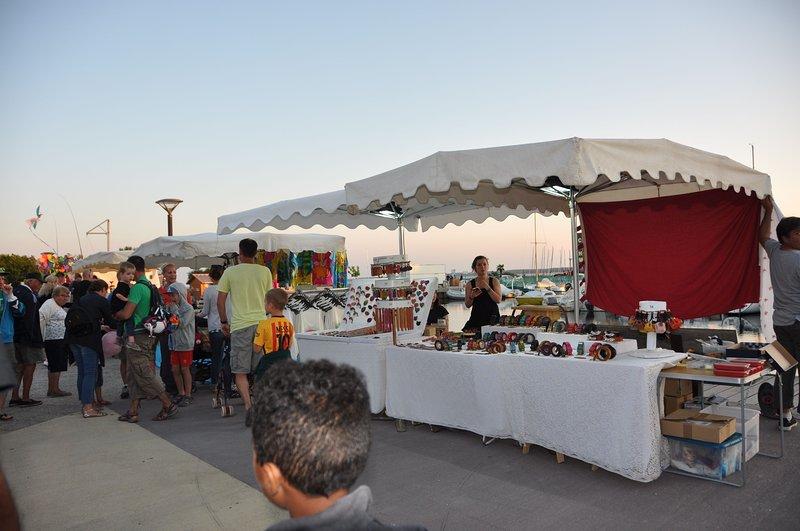 mercado de noite no Hourtin-Port