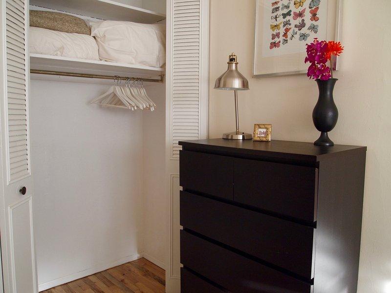 Slaapkamer kast met lakens en dekens
