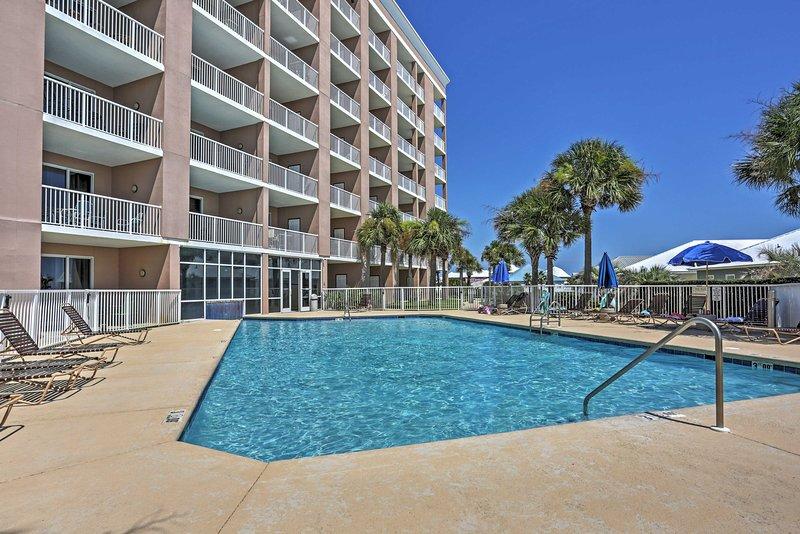 Relaxe ao lado das belas piscinas comunidade durante a sua estada aqui.
