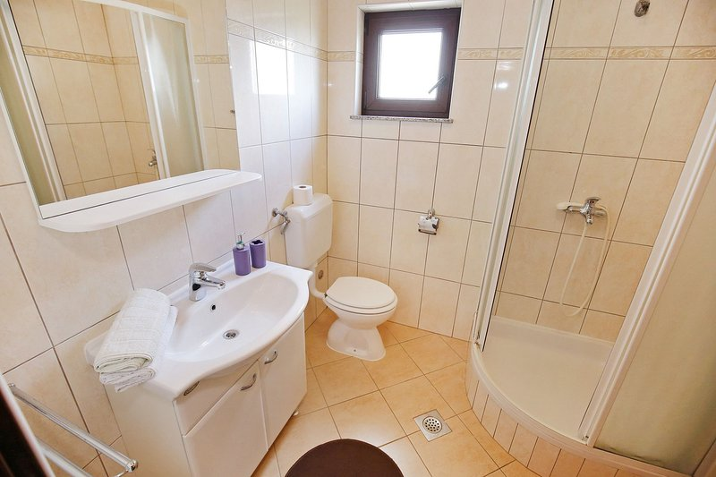 A5 - 3P (2 + 2): salle de bain avec WC
