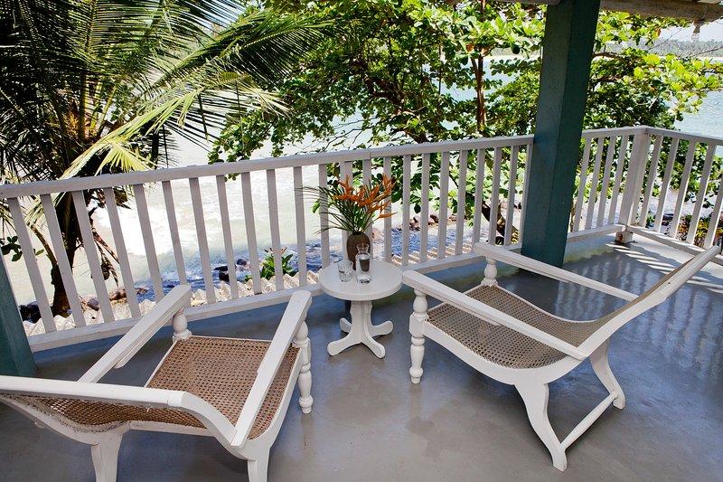 Great location!! Talalla Bay Beach House. Few steps from Beach!, alquiler de vacaciones en Thalalla