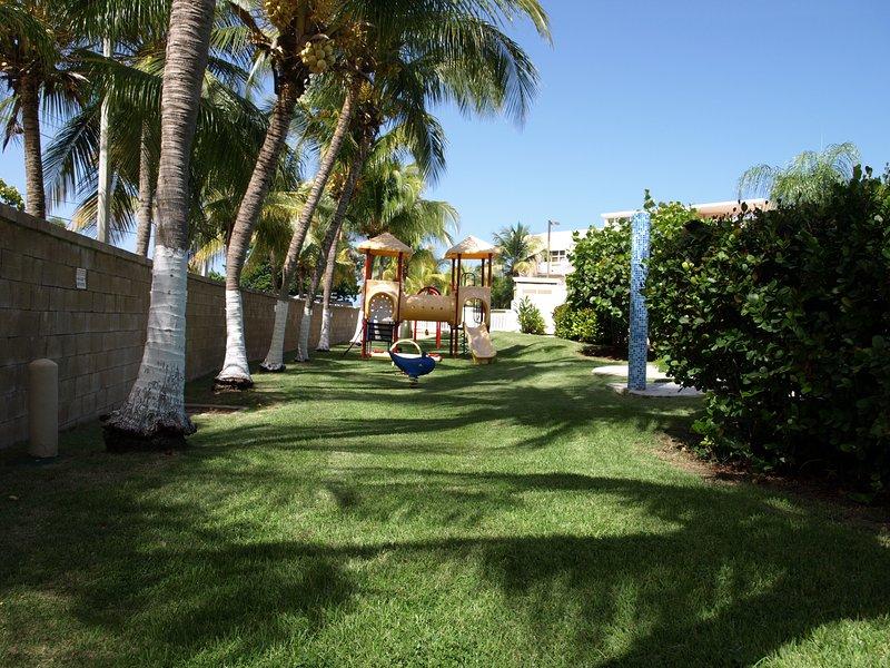Piscines communales et jardins.
