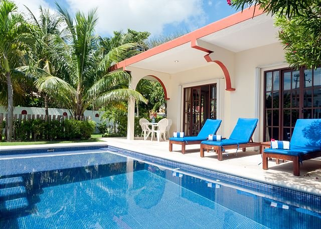 Relax by the sparkling pool and enjoy the ocean breeze., holiday rental in Puerto Morelos
