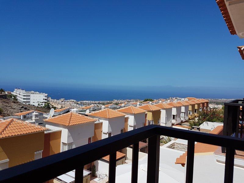 Fantastica vista sul mare dal balcone - qui si può godere le serate con un bicchiere di vino!