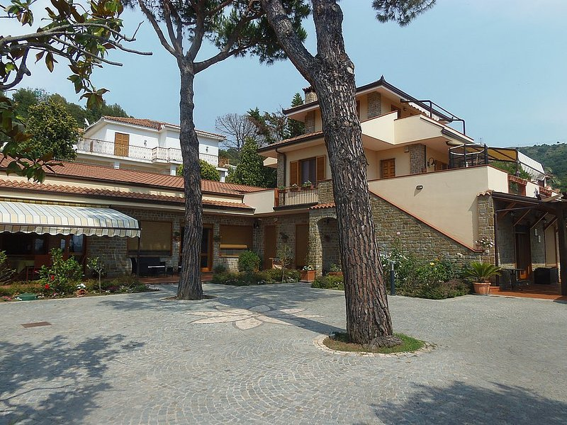 Camella Villa Sleeps 8 with Pool Air Con and WiFi - 5229451, vacation rental in Castellabate