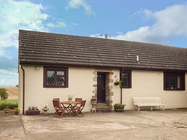 COURTYARD COTTAGE homely bungalow, open fire, games room, Duns, Ref 941046, vacation rental in Chirnside