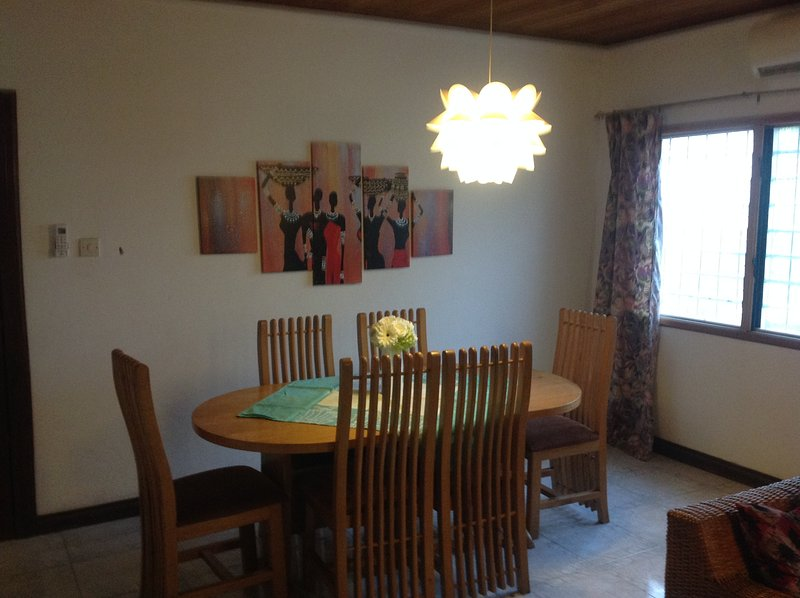 Charming Family Home with Large Tropical Garden, vacation rental in Odorkor