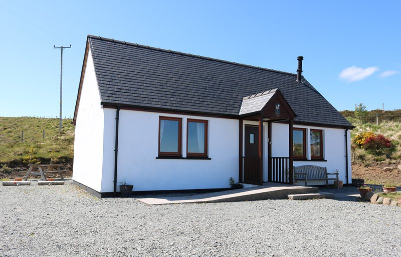 Taigh na Laige, sea view holiday home on Skye., holiday rental in Treaslane
