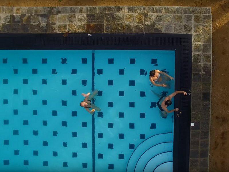 Notre piscine en vue de dessus!