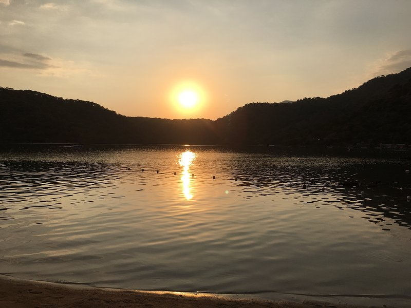 Puesta de sol sobre la laguna azul