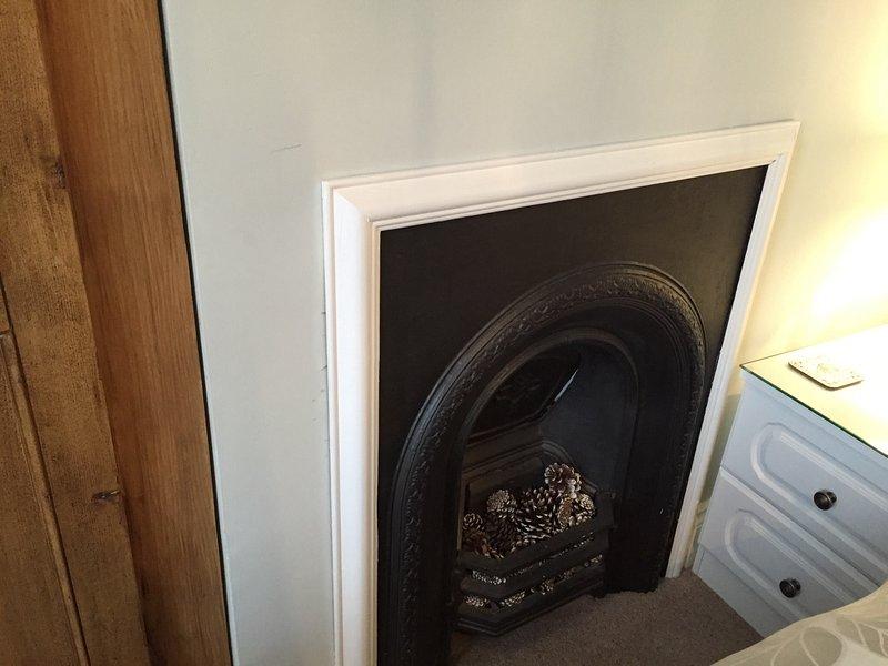 El hermoso hierro fundido chimenea en el dormitorio., Completamente restaurada.