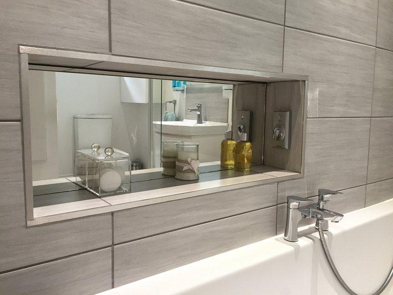 Un cuarto de siglo 21 del hotel estándar para un lujo en remojo en la enorme bañera con ducha a 1 final