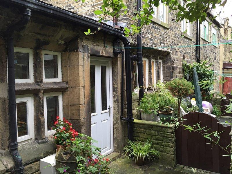 El patio trasero con las plantas y la línea de lavado con parteluz ventana que data de 1650