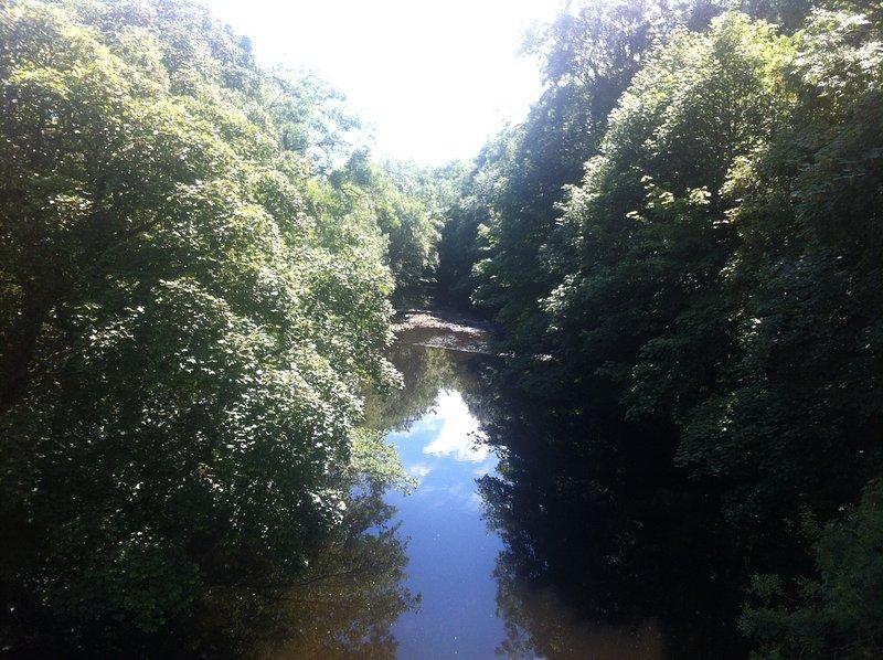 Caminar / ciclo a lo largo del río Calder o el Canal de Rochdale cerca y tal vez tomar un tren o autobús de vuelta.