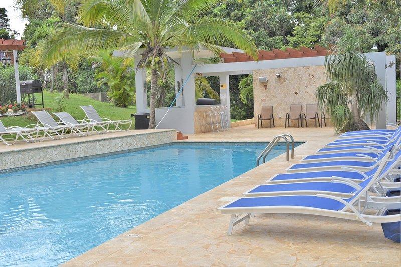 Situado entre las ciudades y playas de Isabela y Aguadilla para disfrutar de lo mejor de ambos