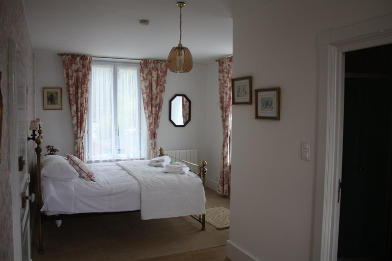 The Red Room - ensuite - super king size bed - uitzicht op het meer