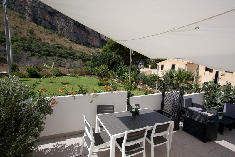 uitgerust kant veranda (barbecue, zonne-douche, zithoek)