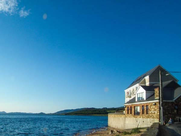 THE BEACH HOUSE APARTMENT, sea views, balcony, duplex apartment on edge of, holiday rental in Ramelton