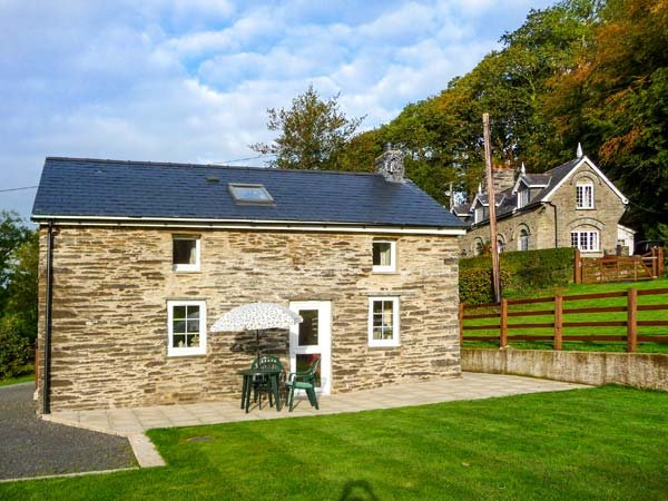 CWMDU COTTAGE, detached, open plan living area, ample parking, garden, near, holiday rental in Coed Y Bryn
