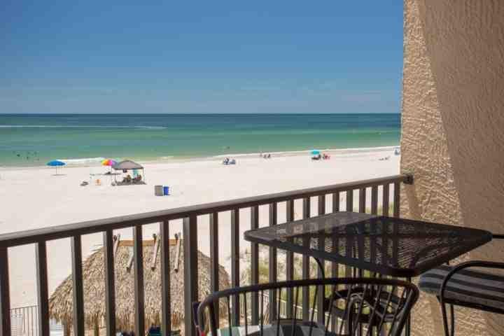 Relajarse y ver la playa y del Golfo desde el balcón privado