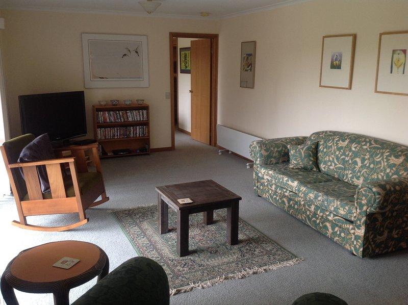 sala de estar con televisión, biblioteca de DVD, juegos.