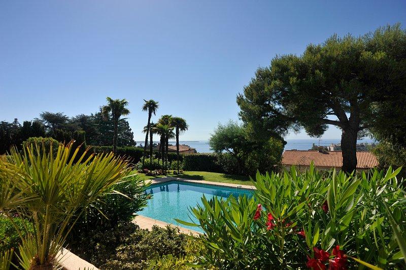 vista excepcional del jardín, la piscina y el mar.