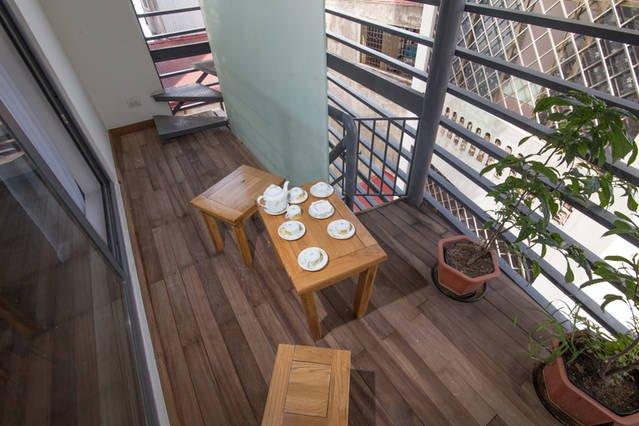beau balcon avec un petit ensemble de table
