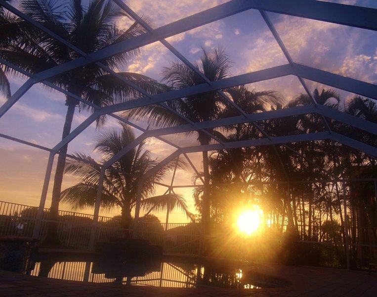 Υπέροχο ηλιοβασίλεμα στην πισίνα και το τζακούζι