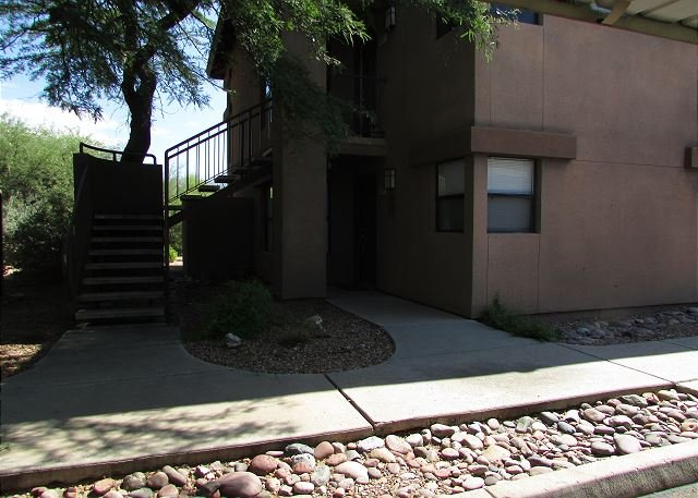 Enchanting 2 Bedroom First Floor with Picture Perfect Mountain View Windows!, holiday rental in Tucson