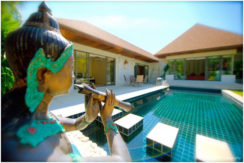 GRANDE VILLA NEUVE avec  GRANDE PISCINE PRIVÉE  3 CHAMBRES 6/8 PERS JARDIN TROPI, location de vacances à Nai Harn