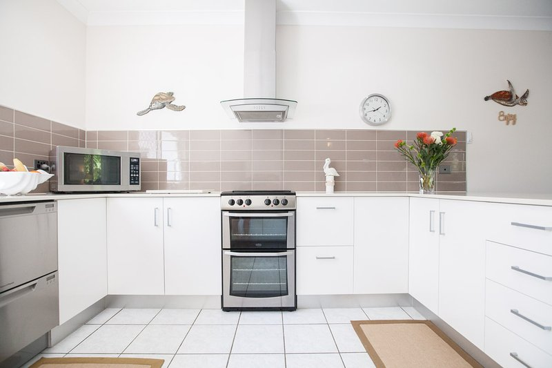 Modern fully equipped kitchen, Fridge with Ice maker and filtered cold water, it's all here.