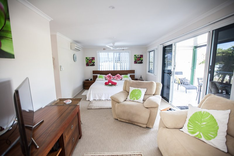 Master Retreat lounge,TV, DVD Player, Foxtel, lovely balcony, Air Con, Remote Control Ceiling Fan.