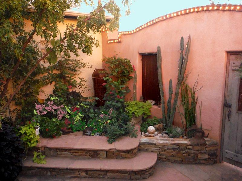O pátio privado murado tira o máximo proveito do sol da manhã.