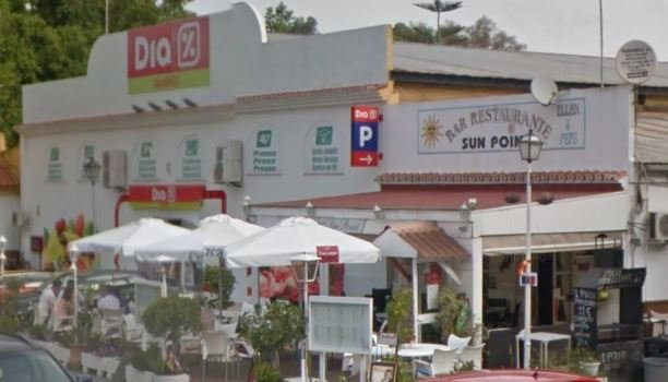 Supermercado y bar entrada opuesta