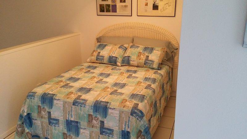 cama de tamaño completo en el desván