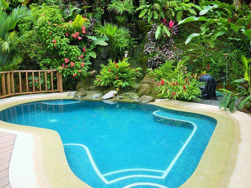 Écoutez les sons de la cascade qui coule à proximité tout en vous relaxant dans la piscine.