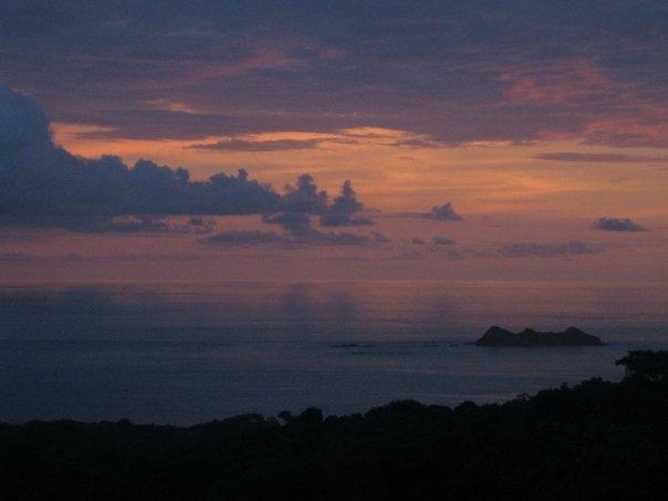 Genießen Sie schönen Sonnenuntergang über das Meer von unserem Wohnzimmer und Outdoor-Decks