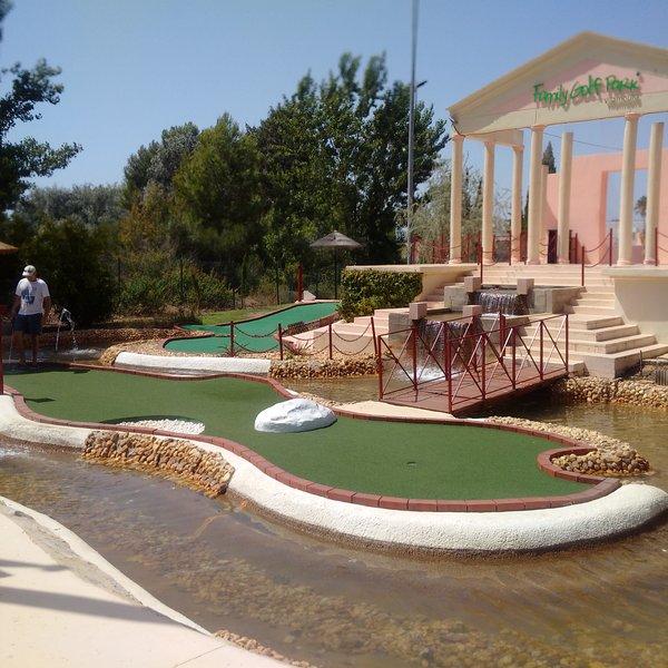 Plenty of activities nearby Aquashow, mini golf, tennis, casino, golf ...