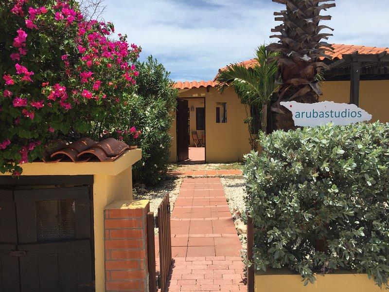 Vista desde la calle hacia los estudios de Aruba