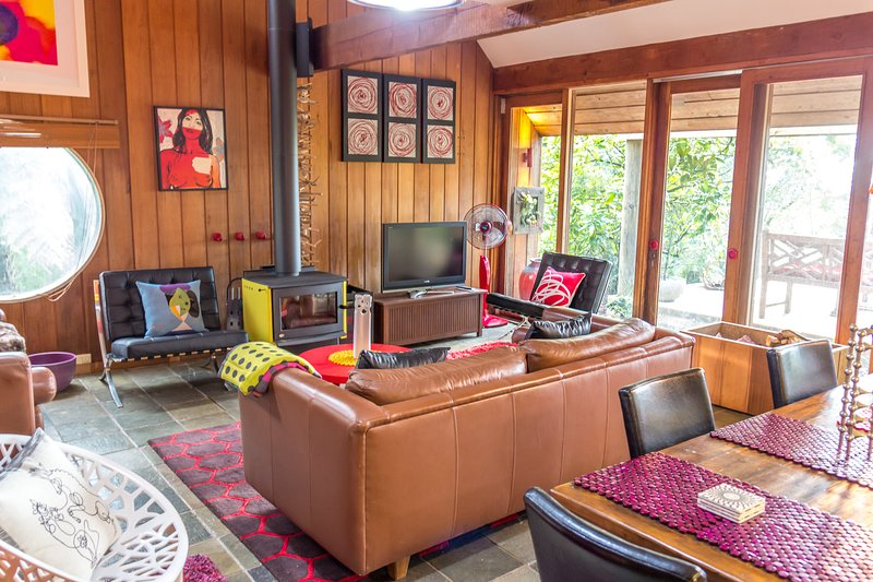 Light the fire and relax in the retro lounge