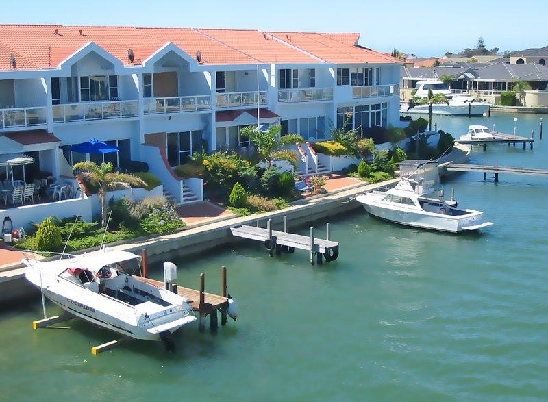 Nuestra villa es la segunda desde la izquierda con el paraguas azul