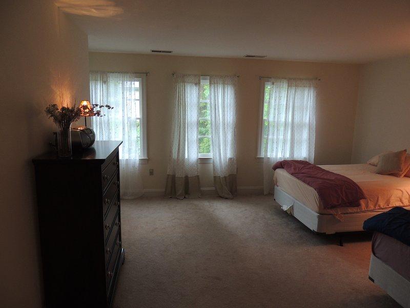 Frente quarto com duas camas de tamanho integral.
