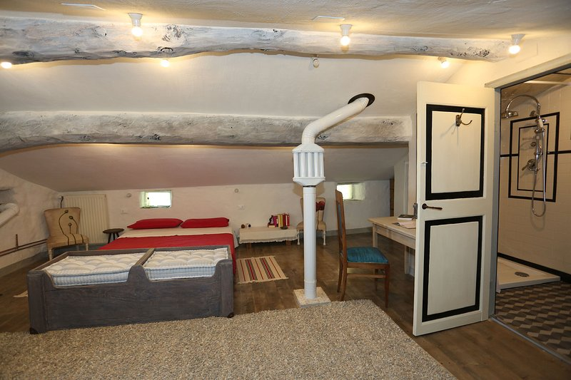 Chambre mansardée avec salle de bain privée