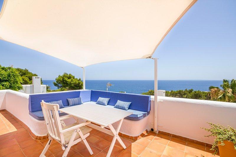 Grote slaapkamer een eigen terras met uitzicht op zee en Ibiza oude uitzicht op de stad