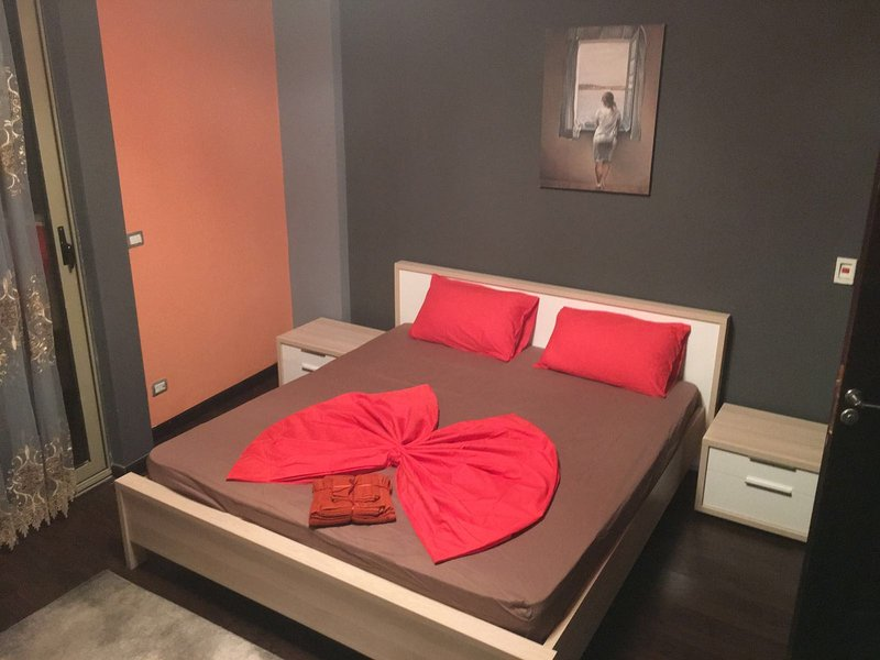 The Queen-Bed-Size Bedroom