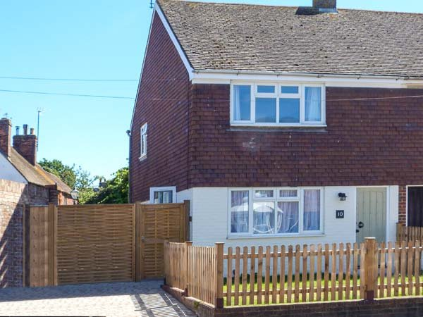 SUNNYSIDE, town centre location, lawned garden, open plan living, Rye, Ref, holiday rental in Beckley