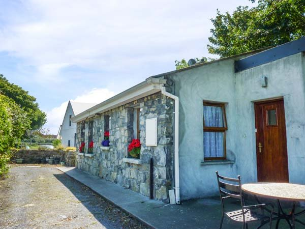 SYCAMORE COTTAGE, detached, all ground floor, oil-fired stove, private garden – semesterbostad i Oranmore