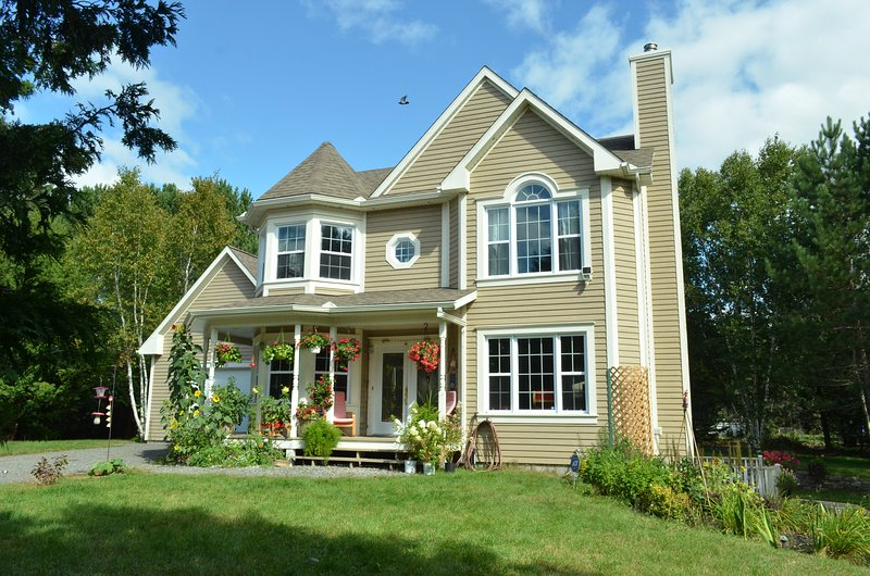 Tremblant Family 4BRs Villa,Comfy beds, Full Kitchen, up to 7,NO PET, holiday rental in Huberdeau
