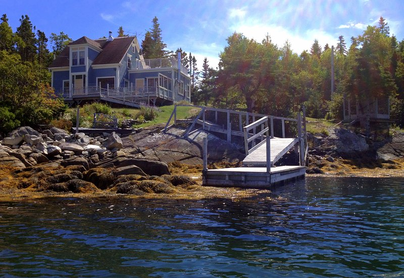 Stunning Secluded Oceanfront Island Home Near Lunenburg! Car-Accessible., location de vacances à Mahone Bay