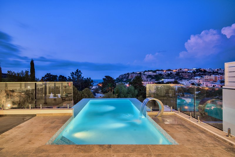 Amazing Holiday Villa with infinity pool and seaviews, vakantiewoning in Mellieha
